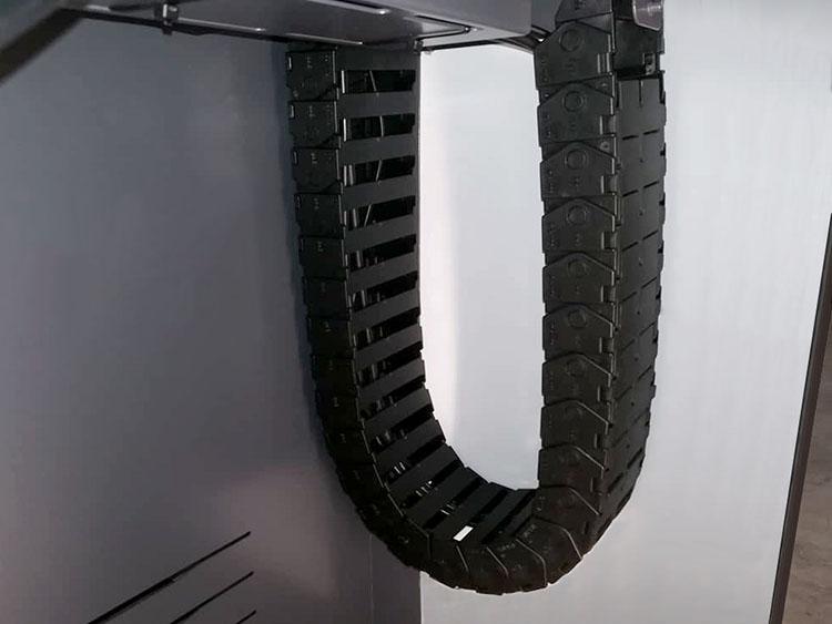 Chaine pour guidage des câbles en position haute